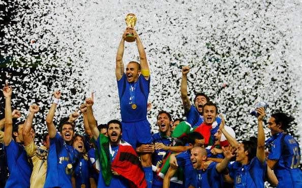 Cannavaro alza al cielo la Coppa