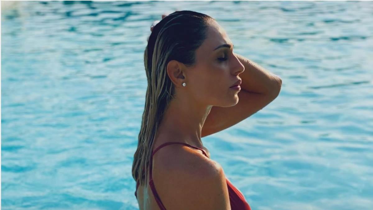 Anna Tatangelo, curve (da urlo) che emergono dall'acqua: